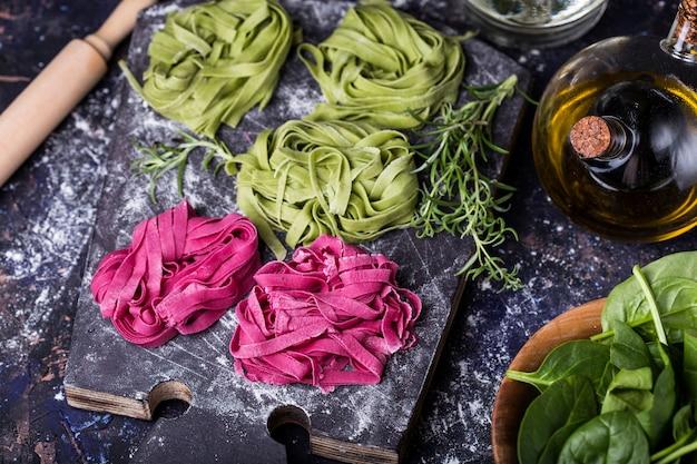 ほうれん草とビーツの生野菜パスタ