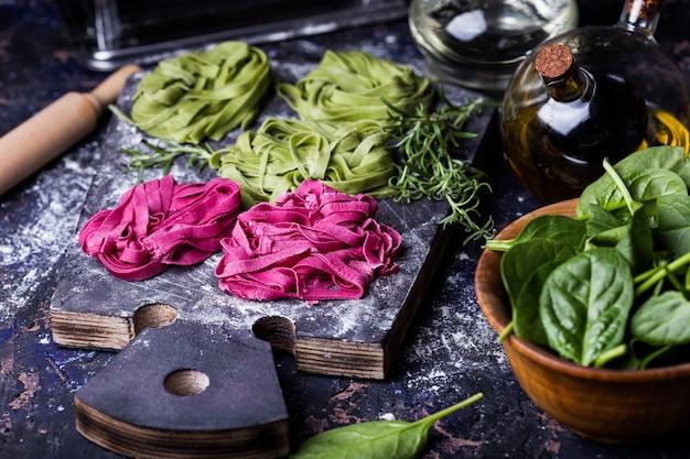 Паста из сырых овощей со шпинатом и свеклой