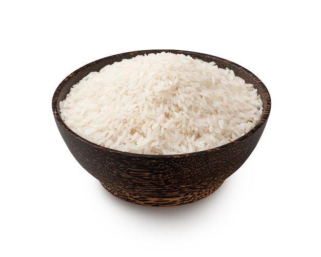 흰색으로 격리된 그릇에 조리되지 않은 흰색 긴 곡물 쌀