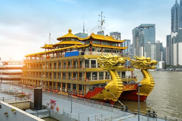 中国上海の外und港に停泊する黄金のドラゴンボート