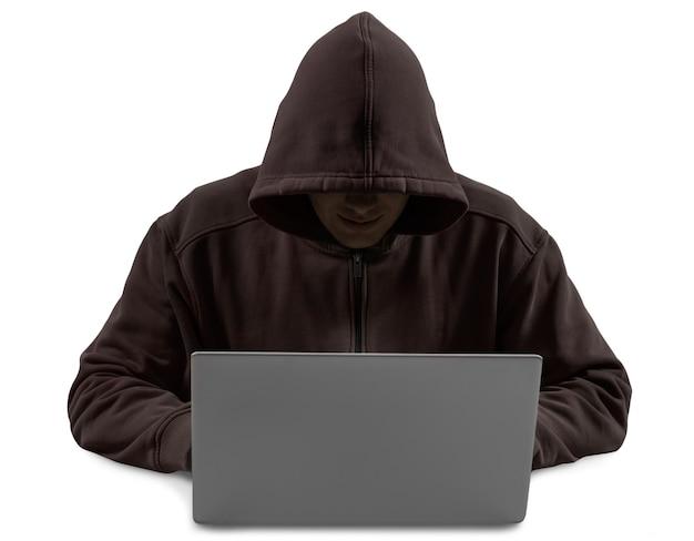 흰색으로 격리된 어두운 까마귀를 입고 컴퓨터를 사용하는 정의되지 않은 해커