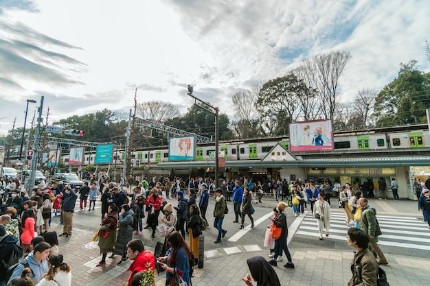 未定義の人々と観光客の群衆が原宿駅を訪れて流行を楽しんでいる