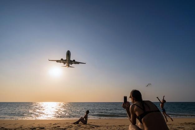 不明旅行者が飛行機着陸の写真を見て話す Premium写真