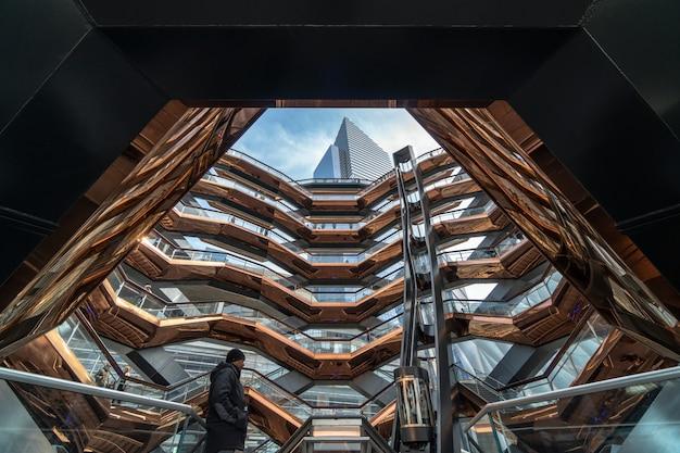 Неопределенные различные туристы посещают новейшую достопримечательность нью-йорка, сша