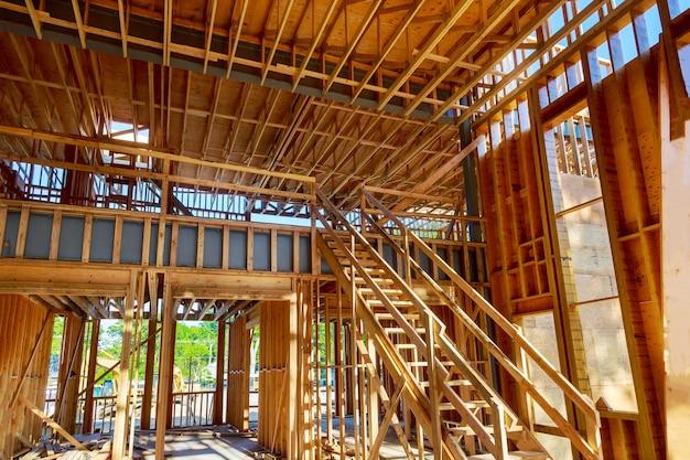 建設中の家の家のフレーミング内観