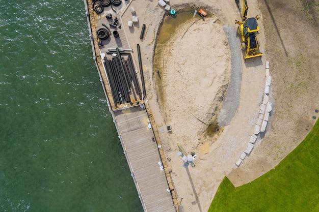 建設中の桟橋遊歩道は、空中写真でいくつかのpvc下水管の修理作業です