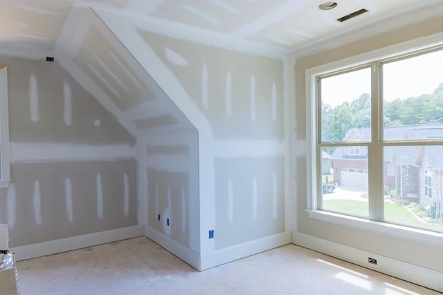Строится новый дом, ремонт ведутся отделочные работы, штукатурка.