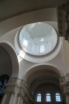 Подкупольный интерьер смольного собора с колоннадой