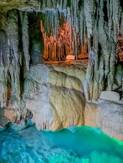 Подземная пещера в наха, окинава, япония