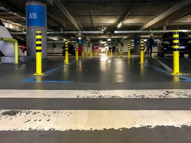 地下駐車場や車の多い近代的な駐車場