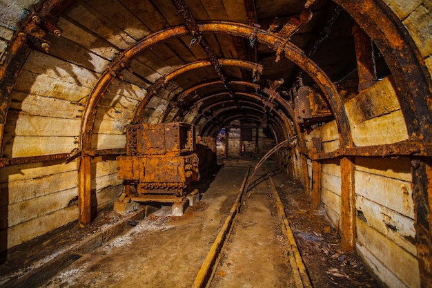 레일이있는 지하 광산 터널
