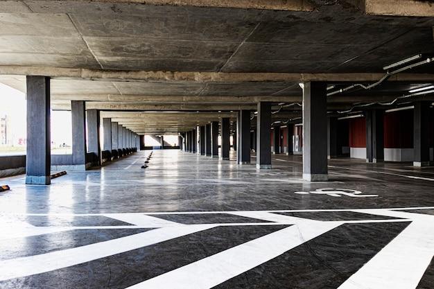住宅の建物の下にある地下駐車場。都市住民の個人輸送のための保管場所。