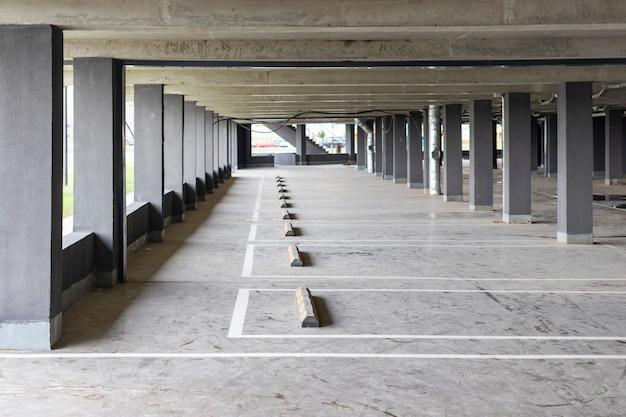 주거용 건물 아래에 위치한 지하 주차장. 도시 거주자를 위한 개인 수송을 위한 저장 장소.