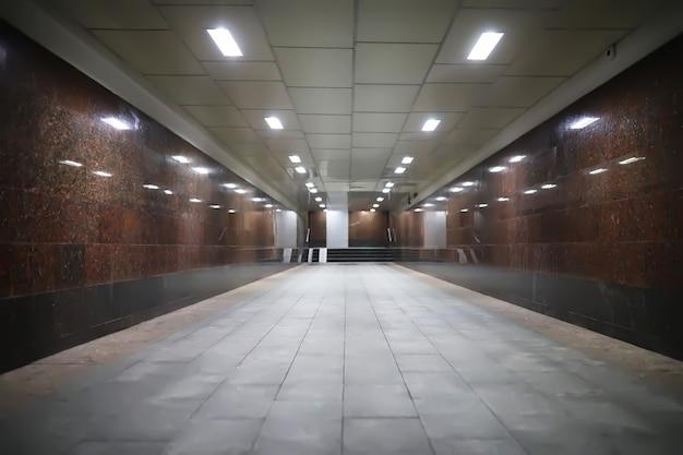 夜に人がいない状態でライトが点灯している地下通路