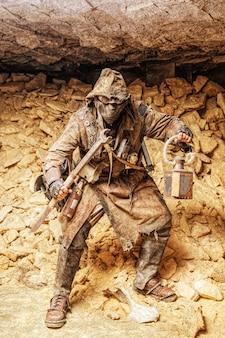 수제 무기와 랜턴을 가진 지하 포스트 묵시적인 생물