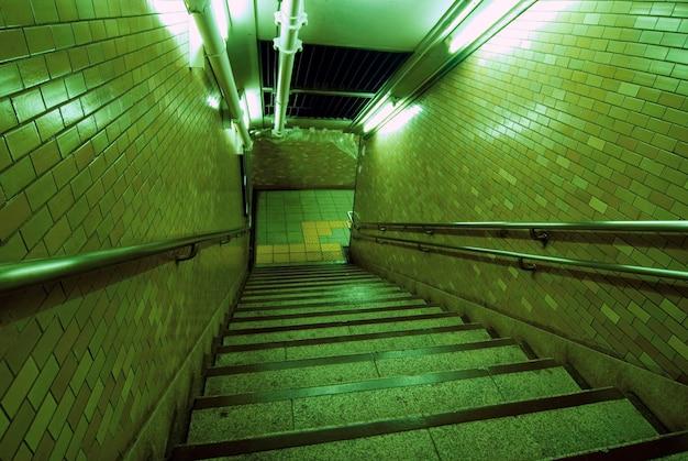 산성 야간 조명이있는 지하 방식