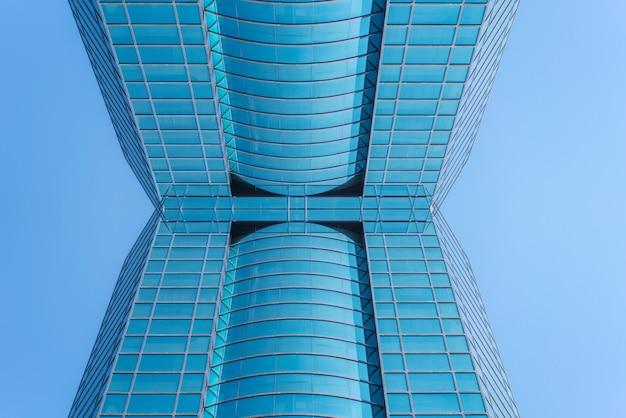 철강 파란색 유리 고층 건물 고층 빌딩, 성공적인 산업 구조의 비즈니스 개념에 대한 파노라마 및 투시도 밑면
