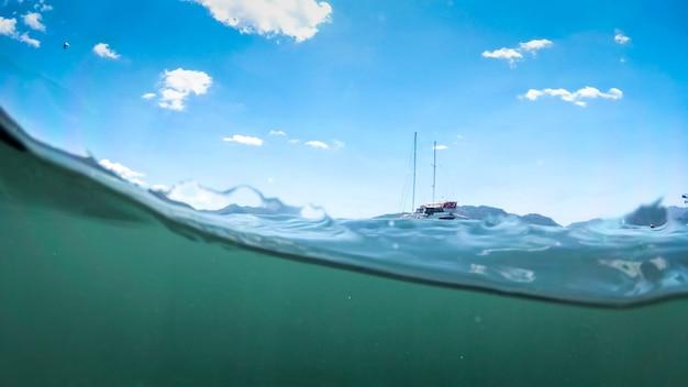Подводный вид яхты на поверхности моря.