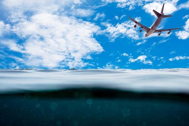 青い空に飛行機と水中波面