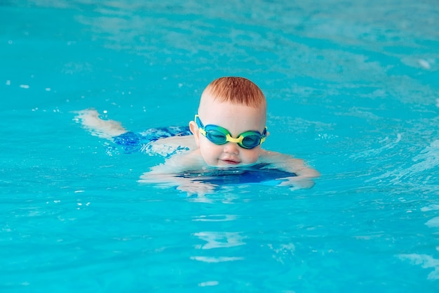 수영장에서 수중 젊은 친구