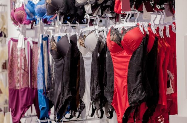 店の窓で下着のコルセット。