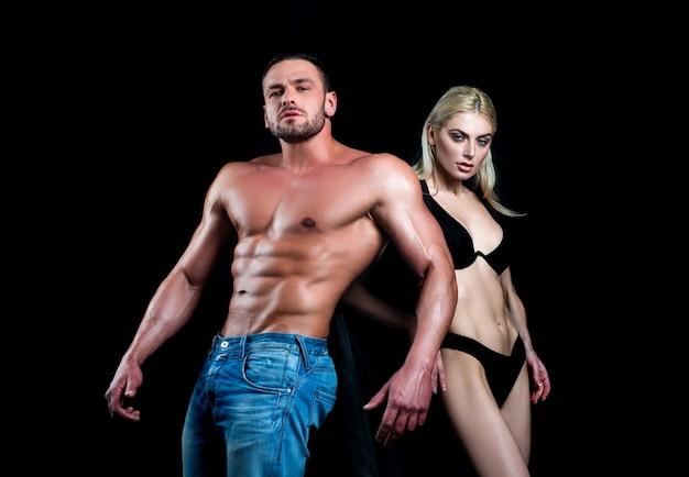 Раздетая пара моды. сексуальное соблазнение. обнаженное тело, обнаженный торс. романтическая нежность. концепция эротических людей.