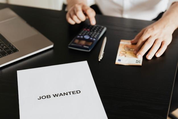 Безработный мужчина рассчитывает свой долг во время пандемии covid-19