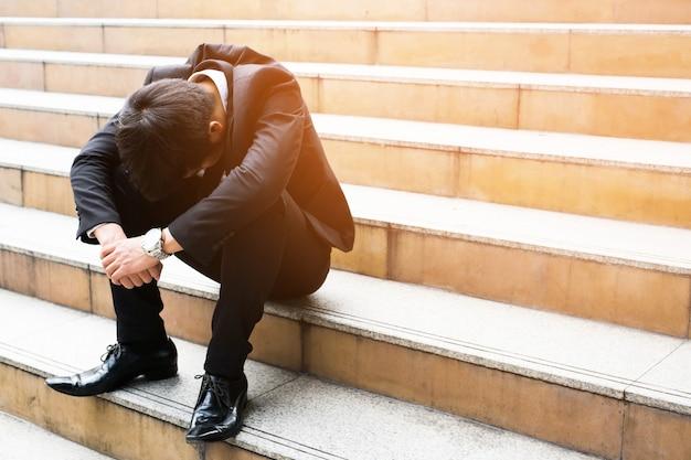 Кризис безработных отчаяние и стресс люди, сжатые в офисе, чувствуют стресс, не могут принять решение без работы или депрессия