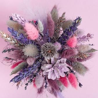자연 식물, 꽃, 밀의 귀, 작은 둥근 꽃병에 콘의 퇴색 꽃다발. 그린 드라이 허브와 꽃 디자인. 평면도.