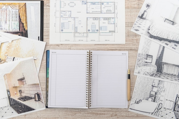 클래식 룸 스케치의 미완성 초안, 빈 메모장, 책상 위의 색상 도구
