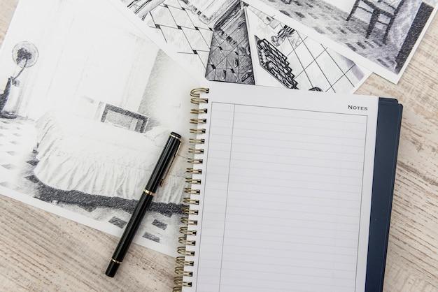 古典的な部屋のスケッチ、空のメモ帳、机の上のカラーツールの未完成のドラフト