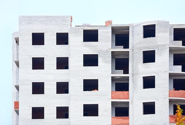 Вид на незавершенное строительство жилого дома (львов, украина)