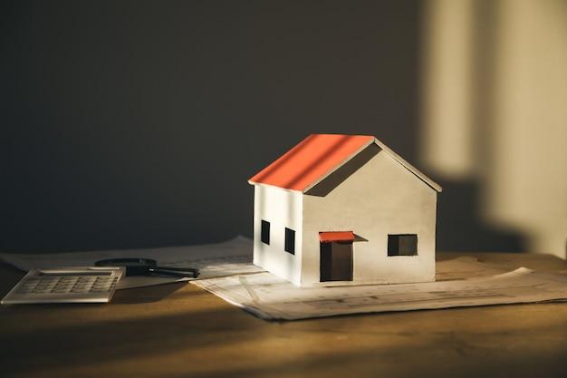 미완성 된 집과 테이블 배경에 문서