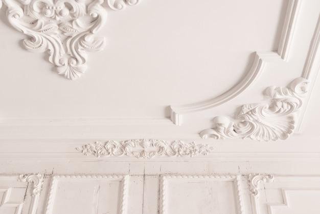 천장에 미완성 석고 몰딩. 장식용 석고 마감. 석고보드 및 페인팅 작업