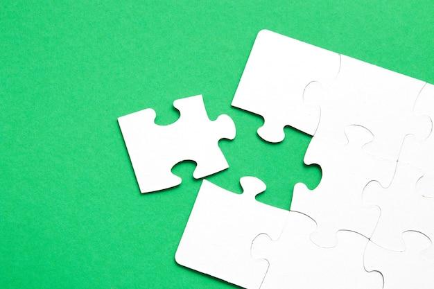 未完成のパズル緑の背景ワンピースが欠けています