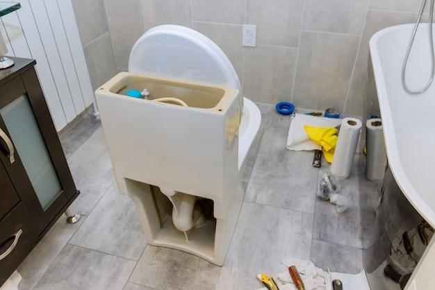 新しいトイレの設置における修理仕上げ中のバスルームの未完成の再建