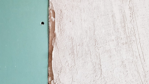 Незаконченная стена в строящемся доме из гипсокартона. часть стены обшивается гипсокартоном. гипсокартон прикручивается к стене в ожидании штукатурки.