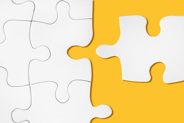 未完成の白いジグソーパズル。完璧なマッチのアイデア。成功した決定、問題の解決。