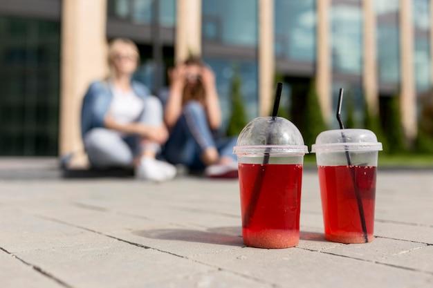 Amici sfocati con succo rosso concentrato