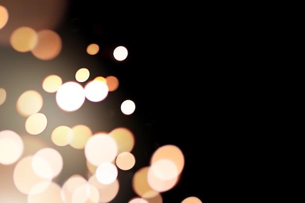 어두운 배경에 산만 된 황금 빛