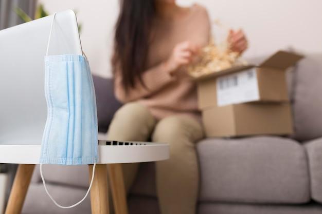 Несосредоточенная женщина распаковывает пакет киберпонедельника
