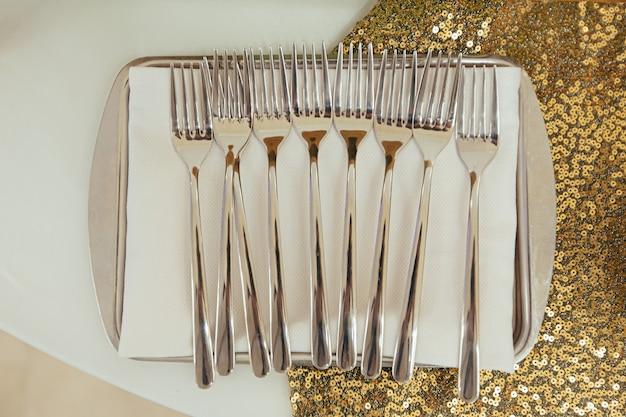 축제 테이블 상단 보기에 펼쳐진 디저트 포크