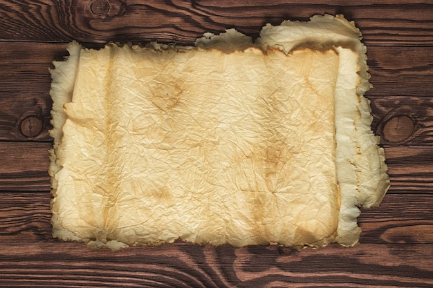 木のテーブル、古い紙のテクスチャ、背景の展開スクロール