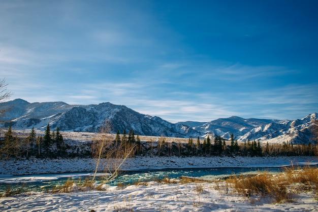 서리가 내린 겨울 날에 알타이 산맥에서 고정 된 청록색 카툰 강. 햇빛에 놀라운 산 계곡 풍경입니다.