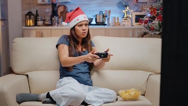 Adulto infelice che perde ai videogiochi con il joystick sulla console della tv