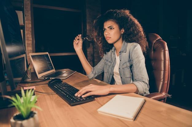 불행 한 아프리카 미국 여자 앉아 저녁 테이블 책상 작업 컴퓨터