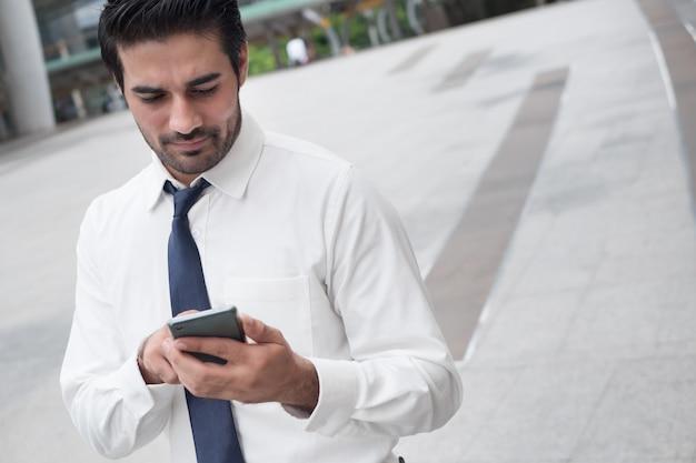스마트 폰을 사용하는 불행한 아시아 사업가; 앱, 인터넷 연결 기술, 나쁜 인터넷 연결 개념에 스마트 폰을 사용하는 불행한 실패한 아시아인, 북인도 사업가의 초상화