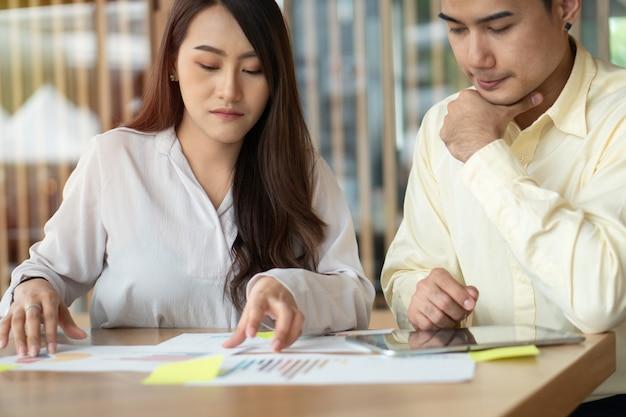 Несчастные азиатские пары подсчитывают доходы и расходы