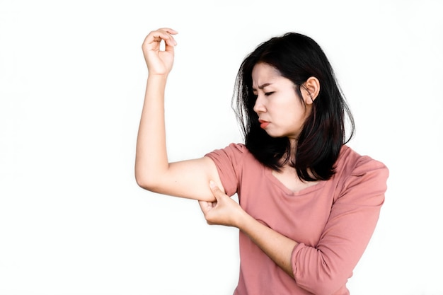 彼女の太った上腕を持っている不幸なアジアの女性の手