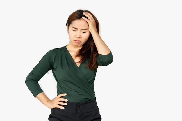 不幸なアジアの女性は深刻な顔で不機嫌そうに動揺